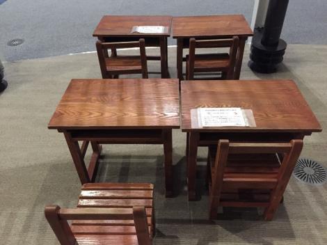 伝統ある机と椅子です。