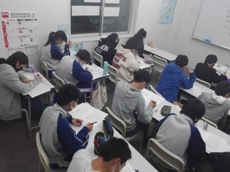 学年末テストに向けて 明日は菰野中学校学年末テストの発表日です。